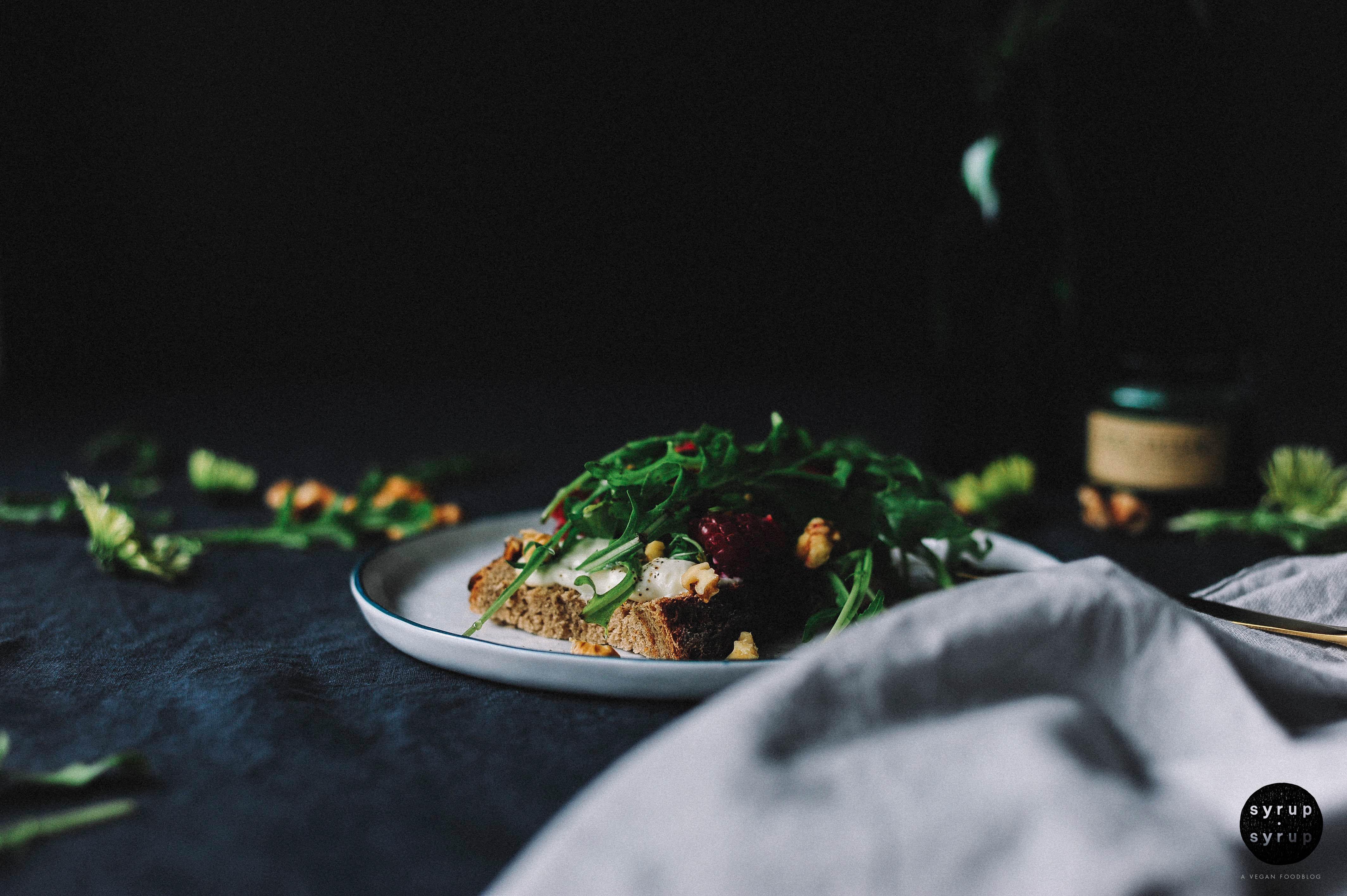 Tartine vegan 02a - Tartine mit veganem Frischkäse, Himbeeren, Rucola und Walnüssen