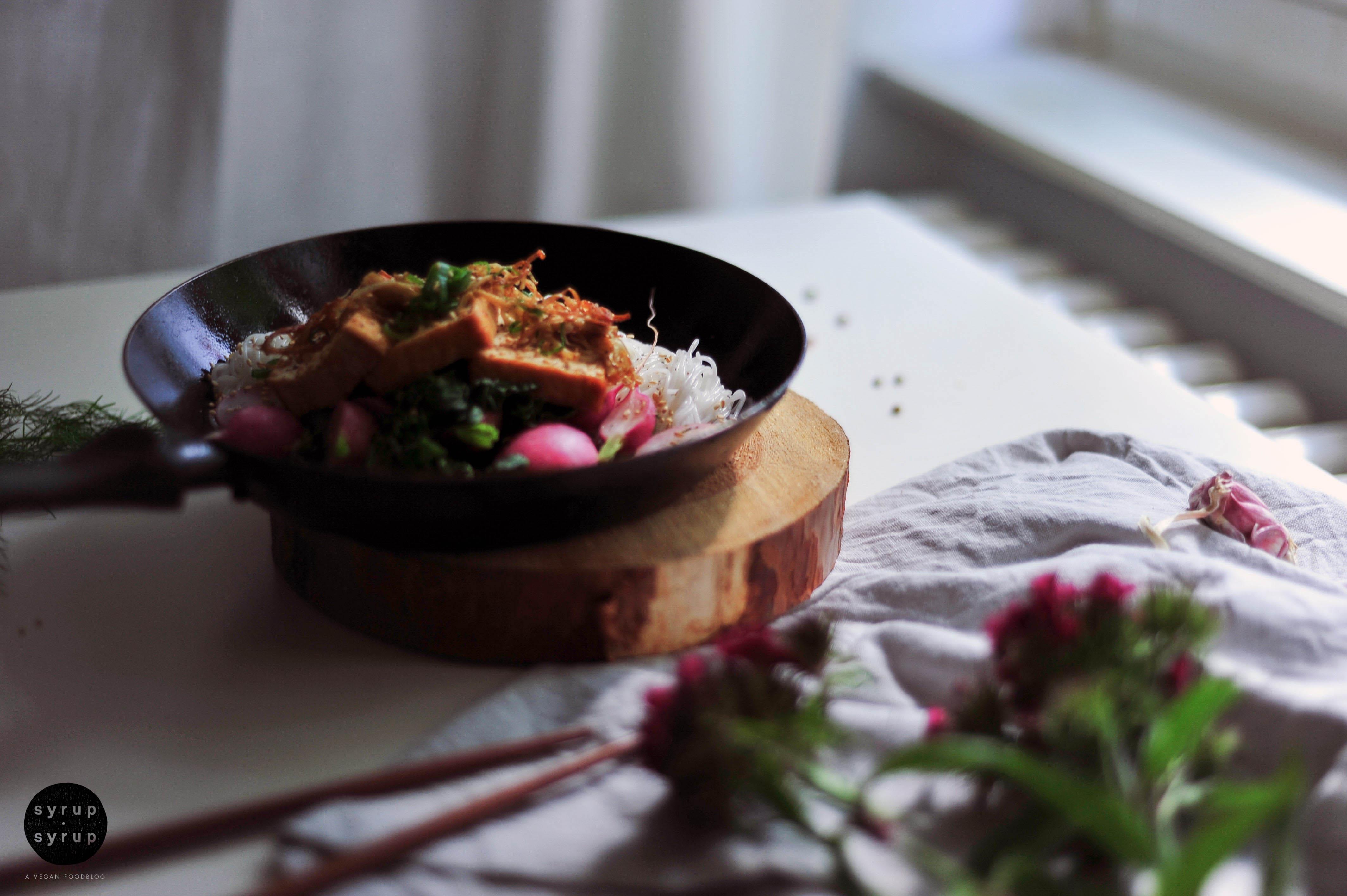 nudel tofu pfanne vegan 01 - Reisnudeln, Edokipilze, Tofu und geschmorte Radieschen