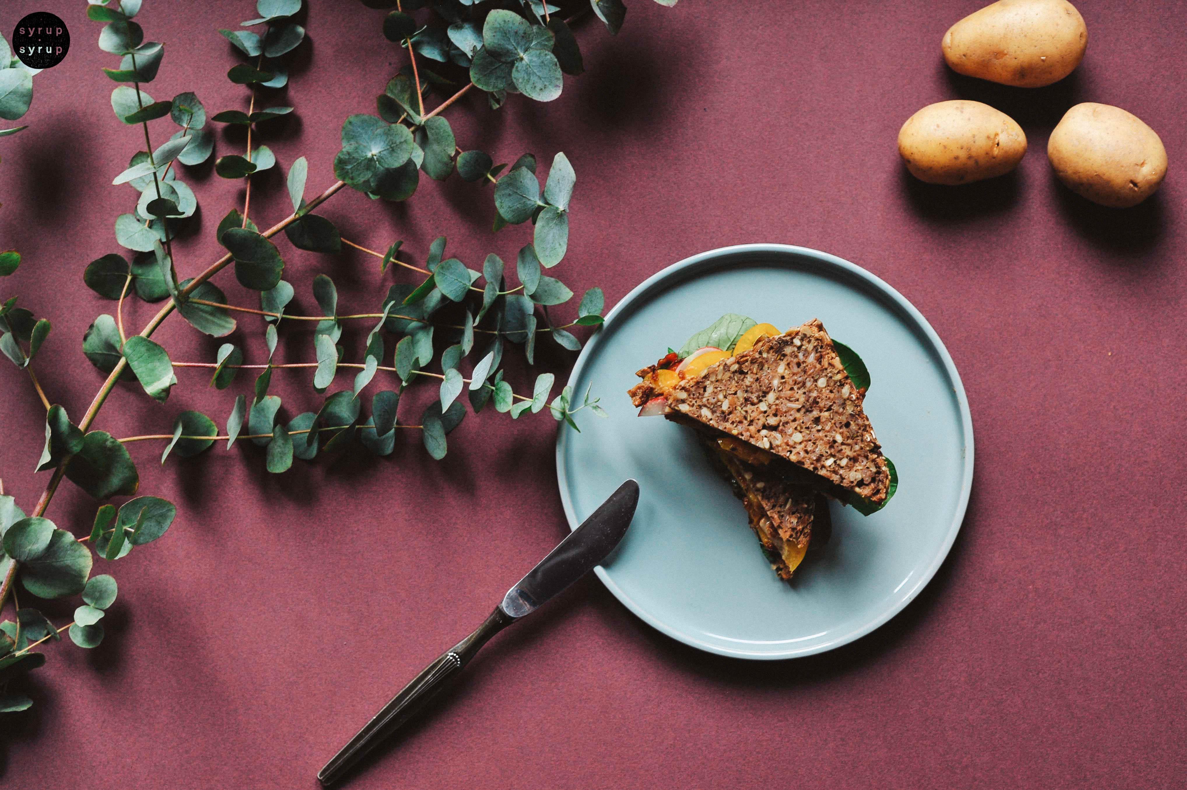 veganes sandwich 01 - Kartoffel-Sandwich mit Erdnusssauce