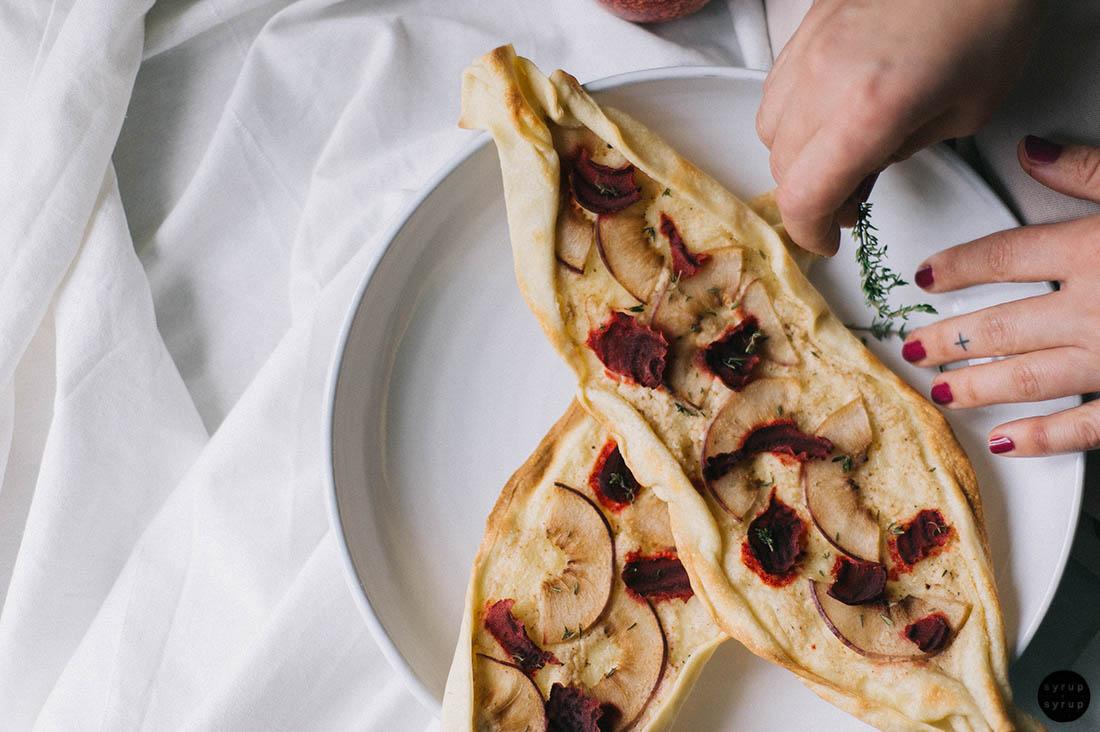 veganer flammkuchen 02 - Flammkuchen mit Nektarine und Rote Beete